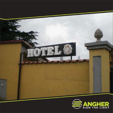 Insegna a Luce Diretta Hotel